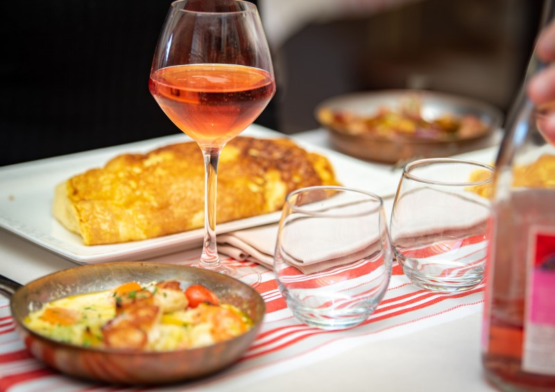 otmsmn-grant-mont-saint-michel-poulard-restaurant-omelette-couple-21-24041